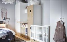Babaszoba ötlet, rácsos ággyal, pelenkázó asztallal, és tárolókkal két gardrób között.