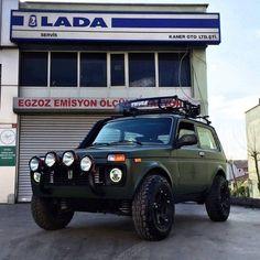 Znalezione obrazy dla zapytania lada niva vs jeep cherokee