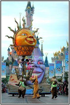 Disneyland Paris by Black Phenix, via Flickr