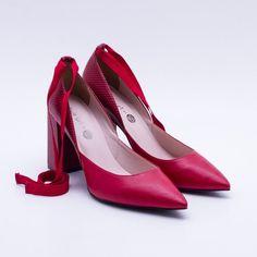 751df53b01 Scarpin Red Scarlet com amarração. O Scarpin Twin Set By Rodaika é  confeccionado em material