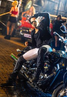 Favourite hero of Lucky Khatri. Bollywood Outfits, Bollywood Couples, Bollywood Stars, Bollywood Celebrities, Varun Dhawan Instagram, Varun Dhawan Wallpaper, Alia And Varun, Indian Star, Ranveer Singh