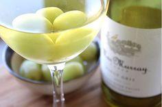 uvas congeladas en las copas de vino
