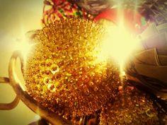 Bola dourada de lantejoulas e paetês.