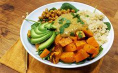 1 dl kvinoaa 1 keskikokoinen bataatti 1 prk kikherneitä 1 rkl oliiviöljyä suolaa pippuria myllystä 1 pss babypinaattia 1 avokado Satay-kastiketta (ohje alla)