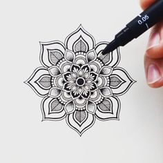 Mandala tattoos have been popular around the world for many years, and now its trend is getting higher and higher. mandala comes from Hinduism and Buddhism, and many people choose it as a tattoo design because it looks delicate and beautiful. Mandala Doodle, Doodle Art, Mandala Tattoo Design, Tattoo Designs, Mandalas Painting, Mandalas Drawing, Croquis Mandala, Tattoo Knee, Tattoo Men Small