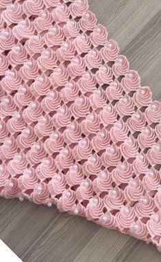 Tığ işi battaniye modeli yapımı Hem bebekler hemde evde kullanmak için kendi battaniyenizi kendiniz örebilirsiniz. Sizler için