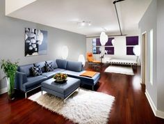 salon pequeño con sofá azul