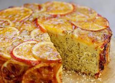 Pour préparer ce moelleux au pavot et à l'orange, il vous faudra : des oranges, du beurre, du sucre, de la farine, des amandes en poudre, des graines de pavot, des œufs, de la confiture d'orange et de la crème épaisse.