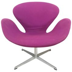 """Early original version of the """"Swan"""" chair designed by Arne Jacobsen for Fritz Hansen, original wool fabric Plywood Furniture, Table Furniture, Furniture Design, Modern Furniture, Kitchen Furniture, Living Room Furniture, Futuristic Interior, Futuristic Furniture, Arne Jacobsen Chair"""