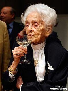 Для улучшения пищеварения я пью пиво, при отсутствии аппетита я пью белое вино, при низком давлении - красное, при повышенном - коньяк, при ангине - водку. - А воду? - Такой болезни у меня еще не было..