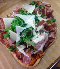 Selbstegemachte Pizza Margarita mit Prosciutto, Rucola und Parmesan :) Prosciutto, Hawaiian Pizza, Parmesan, Vegetable Pizza, Low Carb, Homemade, Vegetables, Food, Home Made