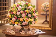 Olá Gente, Hoje vim mostrar para vocês algumas decorações de casamento com tons de rosa e amarelo. Gente esse bolo é muito fofo.. Bem casados, fofos de mais.. O buquê ficou lindo com essas cores. D…