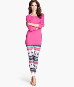 Es un pijamas rosado.