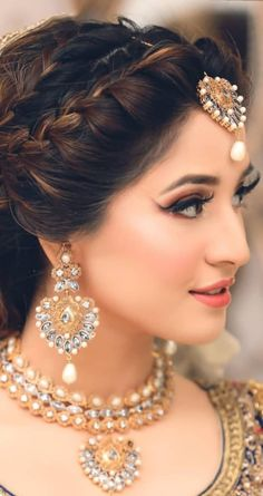 Pakistani brides always have us swooning! From their stunning bridal outfits to natural yet gorgeous makeup looks, every bit of their bridal look is exquisite. So when we stumbled upon a beautiful se. Pakistani Bride Hairstyle, Bridal Hairstyle Indian Wedding, Bridal Hair Buns, Bridal Hairdo, Indian Bridal Makeup, Wedding Hairstyles With Veil, Short Wedding Hair, Bride Hairstyles, Short Hair