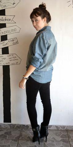 Look do dia: Camisa jeans Calça preta jeans skinny Bota preta salto fino