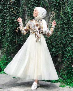Image may contain: 1 person standing and outdoor Tesettür Etek Modelleri 2020 Stylish Dresses, Modest Dresses, Casual Dresses, Casual Hijab Outfit, Dress Outfits, Fashion Dresses, Night Outfits, Outfits Fiesta, Beautiful Long Dresses