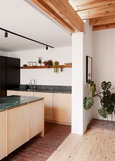 minimalist kitchen ideas Minimalist Dining Room, Minimalist Kitchen, Clad Home, Kitchen Trends, Kitchen Ideas, Modern Cottage, Cozy Cottage, Marble Kitchen Counters, Home Interior Design