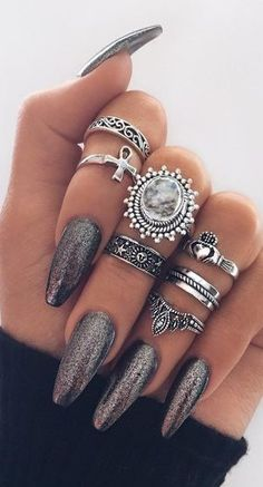 These nail designs and styles are as simple as they are beautiful. For anyone who is regularly in search of good ideas and unique designs, nail art designs are a great way to demonstrate your character and also to be original. Love Nails, How To Do Nails, Fun Nails, Kylie Jenner, Nail Jewelry, Jewellery, Trendy Nails, Glitter Nails, Metallic Nails