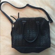 Steve Madden Bag Excellent Purse, Excellent Condition! No stains or scratches. 3 zipped pockets. This bag will seriously hold everything! Feel free the make me an offer! Steve Madden Bags Shoulder Bags