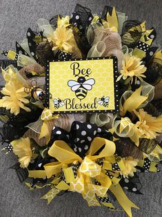 Bee Crafts, Crafts To Do, Paper Crafts, Homemade Wreaths, Deco Mesh Wreaths, Door Wreaths, Wire Wreath, Christmas Decorations, Bee Decorations