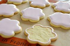 Passo a passo para decorar biscoitos. Em português. My Recipes, Sweet Recipes, Dino Cake, Delicious Desserts, Yummy Food, Sweets Cake, Cake Cover, Cupcake Cookies, Royal Icing
