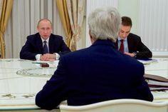 Yhdysvaltain ulkoministeri John Kerry kuuntelee Venäjän presidentti Vladimir Putin kokouksessa huoneen Kremlin Moskovassa, alussa kahdenvälisessä kokouksessa 14. heinäkuuta 2016 [ulkoministeriö Kuva]