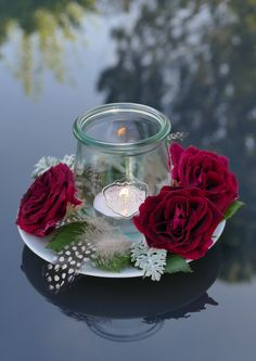 Ich mag es sehr, wenn Kerzen mit frischen Blumen kombiniert werden. #fürverstorbene #mitliebegemacht #Gedenkkerzen #Kerzefürverstorbene #Trauerkerzen #gedenkkerzengestalten #Trauer #inliebevollererinnerung #kreativeideenfürtrauernde Iris, Bullet Journal, Table Decorations, Party, Holiday, Home Decor, Beautiful Images, Taper Candles, Candles