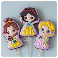 И снова куколки!  На этот раз Бэль, Белоснежка и Рапунцель.  Всех мультяшек можно посмотреть по хэштегу #персонажимр  #royalicingcookies #gingerbread #decoratedcookies #cookiedecoration #sugarart #пряник #пряники #имбирноепеченье #имбирныепряники #пряникалматы #пряникиалматы #customcookies #пряничныетопперыдляторта #пряничныетопперы