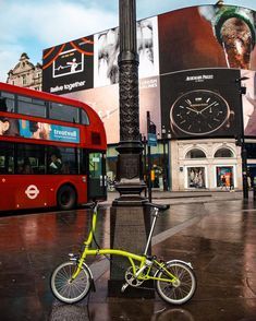 What way to explore London than on a Brompton? 🇬🇧 It shrinks journey time across the city by unlocking the doors to seamless inter-modal journeys! Commuter Bike, Brompton, Road Bikes, City Living, Bicycle, Journey, Colours, London, Explore