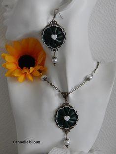Collier chaine bronze et pendentif capsule fleur vert foncé et coeur blanc