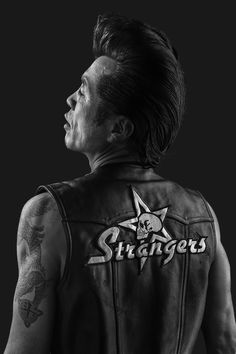 American photographer Denny Renshaw spent 5 years photographing the Tokyo Roller-zoku subculture, which is influenced by the Rockabilly era. Pompadour Fade Haircut, Men's Pompadour, Rockabilly Men, Wavy Hair Men, Men's Hair, Tokyo, Man Japan, Teddy Boys, Roller