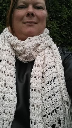 Nu de dagen wat killer beginnen, vind ik het wel weer fijn om een sjaal om te hebben. Zeker bij mijn zomerjasje die een vrij lage hals hee... Crochet Mittens, Crochet Scarves, Diy Crochet, Crochet Shawls And Wraps, Diy And Crafts, Knitting, Pattern, Clothes, Scarfs