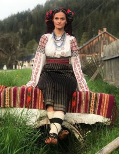 ROMÂNIA MY LOVE Flower Head Wreaths, Ethnic Diversity, Folk Fashion, Custom Dresses, Traditional Outfits, Role Models, Hand Weaving, Costumes, Folk Style