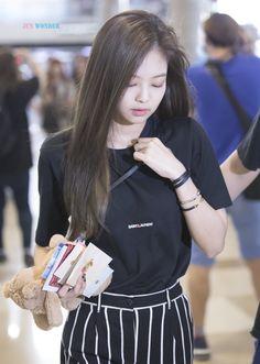 screenshot gallery of hottest popular celebrities Jenny Kim, Jennie Kim Blackpink, Blackpink Fashion, Korean Fashion, Fashion Outfits, Blackpink Photos, Kim Jisoo, Airport Style, Airport Fashion