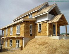 Thermal performance When compared to the conventional construction materials, straw bales are said to be more effective and reliable in climates where heating Cob Building, Building A House, Green Building, Straw Bale Construction, Construction Materials, Rammed Earth Homes, Off Grid House, Adobe House, Straw Bales