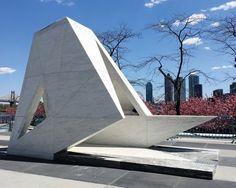 Um navio de triângulos em mármore compõe memorial para o tráfico de escravos através do Atlântico