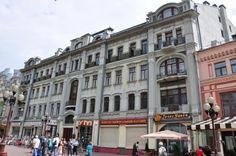 Еще одна гостиница на Арбате - А.К.Ечкина (Арбат, 23, 1903, арх. Н.Г.Лазарев). Это здание сохранило практически первозданный вид со времен постройки. Кроме вывесок, разумеется.  Специалисты говорят, что здесь намешано много стилей - и венский, и бельгийский, и французский, однако в целом здание смотрится вполне гармонично.