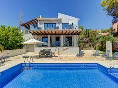 Diese großzügige und modern gehaltene #Villa für bis zu 6 Personen befindet sich in bester Lage in den Hügeln von Santa Ponsa auf #Mallorca. Genießen Sie den wunderschönen Meerblick von der oberen Terrasse und relaxen Sie im Loungebereich bei einem Glas Wein oder einer Sangria.   ferienhaus mallorca   ferienhaus mallorca mieten   ferienhaus mallorca am strand   ferienhaus mallorca mit pool Style At Home, Lounge, Sangria, Strand, Villa, Mansions, House Styles, Modern, Home Decor