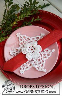 """Hæklet DROPS dækkeserviet i """"Cotton Viscose"""" som man kan putte juleservietten ind i. ~ DROPS Design"""
