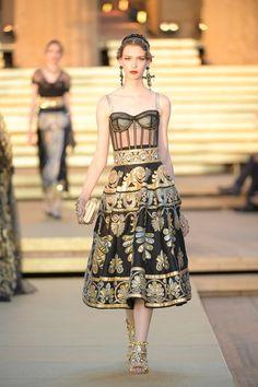 Dolce Gabbana Herbst/Winter Haute Couture - Fashion Shows Vogue Fashion, Runway Fashion, High Fashion, Fashion Show, Fashion 2020, Fashion Brands, Fashion Design, Gypsy Fashion, Fashion Women