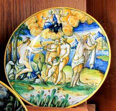 Chateau-Ecouen- Assiette Le jugement de Paris. Lyon ou Nevers, fin XVI°s. Legs 1907. CL. 16858.- Sous le règne de Charles VIII, la conquête du royaume de Naples fait de Lyon la 2° capitale. Les italiens y apportent la soie et la faïence. On recense le 1° faïencier venu de Florence en 1512. La faïence de Nevers connait un fort développement à partir de la fin du XVI°s lorsque le duc Louis IV Gonzague de Nevers, originaire de Mantoue en Italie, fait venir d'Italie les frères Conrade, qui…