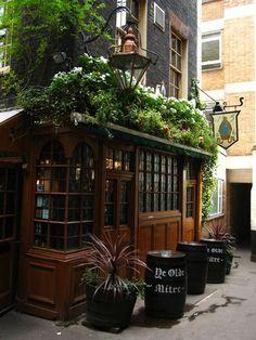 Ye Olde Mitre Pub, London (Also looks like a lot of the Pubs in Montreal.F… Ye Olde Mitre Pub, Pub Interior, Pub Design, British Pub, Old Pub, Boutique Deco, London Pubs, Shop Fronts, Architecture Old, Cafe Restaurant