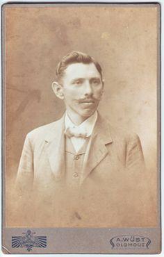 10,5x16,5 cm lepenou na kartonu, pochází z fotoatelieru A.Wüst Olomouc. Datum: 3.8.1914
