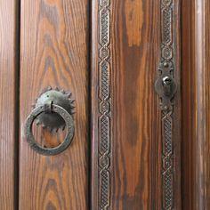 Puertas Rusticas | Mallorca Windows Door Handles, Doors, Furniture, Home Decor, Rustic Doors, Home Furniture, Art On Wood, Modern Houses, Ornaments