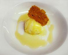 Helado de aceite de oliva con miel de romero y teja de Tronchon