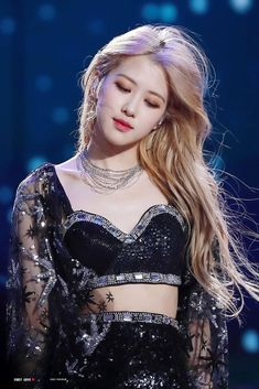 "Rosé (BLACKPINK) – how will the red ""scented, fragrant"" rose of Korean showbiz shine when debuting solo? Coachella, Kpop Girl Groups, Kpop Girls, Engagement Ring Rose Gold, Look Festival, Make Up Gold, Black Pink Kpop, Rosen Tattoos, Blackpink Photos"