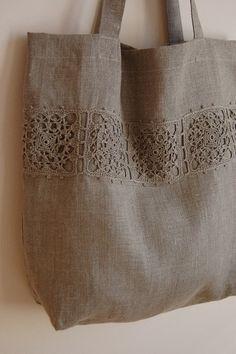 Bolso de lino, con apliques en crochet.