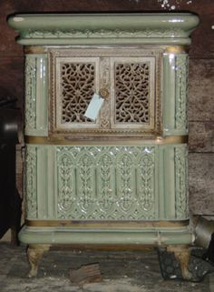 French ceramic wood- burning stove - love the colours Antique Wood Stove, How To Antique Wood, Old Wood, Old Stove, Stove Oven, Love Vintage, Vintage Wood, Foyers, Alter Herd