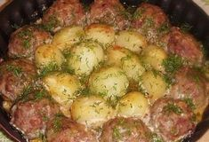 Cutlets with potatoes in a creamy tomato sauce Tomato Gravy, Creamy Tomato Sauce, Sauce Recipes, Meat Recipes, Cooking Recipes, Recipies, Ukrainian Recipes, Russian Recipes, Ukrainian Food