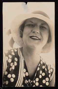 "Dubbed the ""first American flapper"" by her husband, writer F. Scott Fitzgerald, Zelda Sayre Fitzgerald was Jazz Age royalty. The Montgomery, Alabama-born socialite married Fitzgerald in Vintage Hollywood, Classic Hollywood, Vintage Photographs, Vintage Photos, Scott And Zelda Fitzgerald, Paris 1920s, The Fitz, Vintage Photo Booths, Montgomery Alabama"